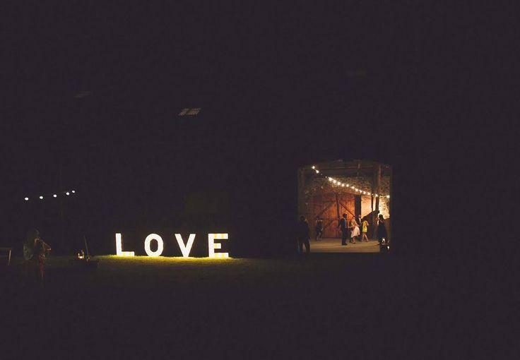 świetlny drewniany napis love