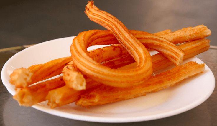 Direction le soleil d'Espagne pour une de leurs gourmandises préférées, les chichis, les churros ! De la farine, de l'eau bouillante, du sel, un bain de friture, du sucre en poudre et hop des churros par dizaines… Une recette d'une simplicité déconcertante ! Comme on est vraiment sympa, on vous donne deux recettes : la classiqueprésenté ci-dessous et une alternative avec une cuisson au four sans matière grasse. Dans les deux cas, un appareil à churros vous facilitera pas mal la vie (même si…
