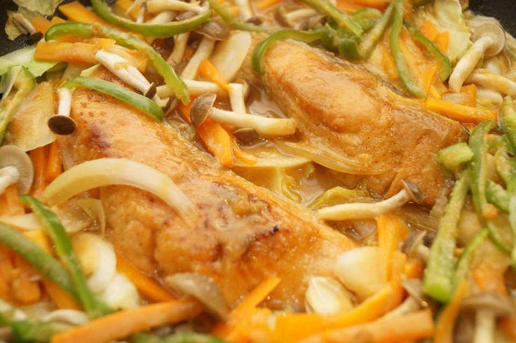 北海道名物といえば、鮭のちゃんちゃん焼き!コクのある味噌とバターがしっかり絡まった鮭と野菜は、お酒が止まらなくなる美味しさです。北海道ではホットプレートで作るのが一般的ですが、より気軽にフライパンで楽しめるレシピを紹介します。 (2ページ目)