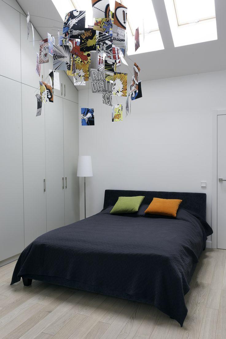 Minimalistyczne wnętrze z wiosennymi akcentami. Niezwykła lampa i kolorowe poduszki nadają tej sypialni wyjątkowego charakteru. Więcej pozytywnych inspiracji na: http://tryc.pl/
