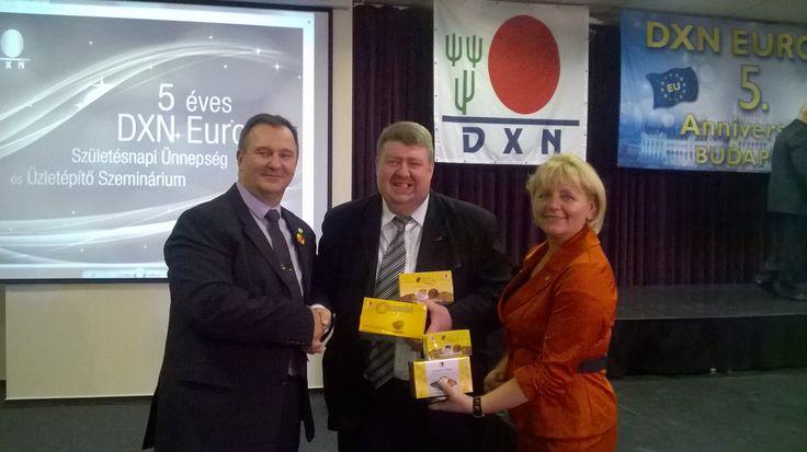 A képen egy csodálatos házaspárral Specht Józsival és Valikával, és a nyereményemmel, 4 doboz ganodermás kávéval