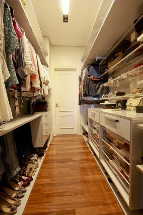 Closet Fit aberto, fundo no acabamento Latte Tessuto, gavetas e nichos em Metacrilato que facilitam a escolha dos acessórios na hora da construção de cada look do dia.