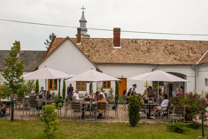 Ősszel is nyitva tartó balatoni éttermek – Miakő--Köveskál