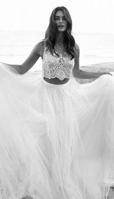 Tendencias de boda 2017: Vestidos de novia de dos piezas [FOTOS] - Dos piezas con crop top vintage y falda de tul
