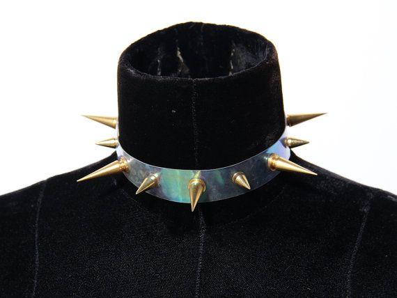 ZEF2DEATH Collier ras de cou clair holographique avec des grandes et petites pointes dans votre choix de finition, or, argent, bronze antique, bronze à Canon. Taille S/M(12-14) la plupart des dames ou hommes M/L(14-16)