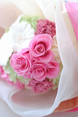 ご両親への花束。 白のガーベラとピンクの薔薇をオ―ガンジーで包み、花束に仕上げました。