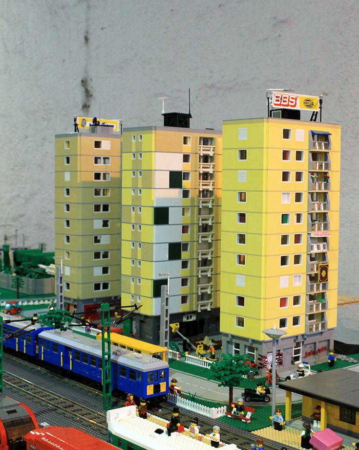 """#Temofeszt Első nap: #Lego terepasztal. """"Ez most nagyobb, mint tavaly. Negyven méteres terepasztal, dupla vágánnyal az elejétől a végéig."""" via http://bolt.vasutmodellcentrum.hu/2014/10/11/lego-terepasztal/"""