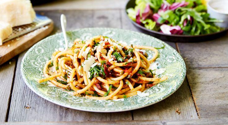 Recept pasta puttanesca. En vardagsräddare – snabblagad, enkel och av få råvaror. Med pasta, några konserver och en bit parmesan trollas pasta puttanesca ihop på en kvart.
