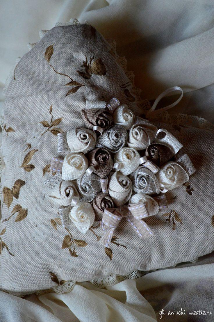Welcome Spring!!! Cuore in stoffa con roselline.