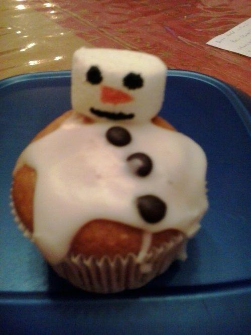 ''Geschmolzener Schneemann Muffin''  mit Zuckergus und Marshmallow