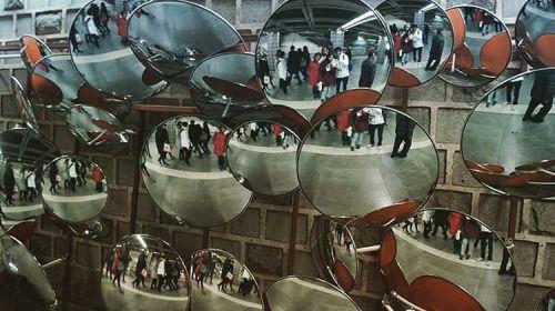 거울이 많다! 안국역 서울시 / estación de metro Anguk, muchos espejos / Anguk subway station… a wall full of mirrors (at 안국)  Sometimes, in the daily life there are some details you miss, because your life is going too fast!. This kind of things put in common places should crash you! Enjoy from small things
