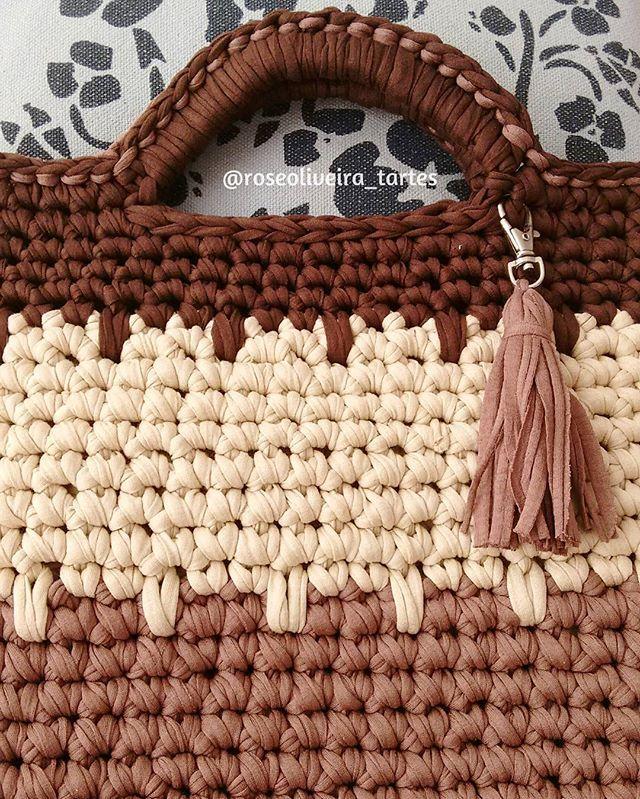 Olá gente! Detalhes de uma bolsa de mão que estou finalizando, uma shop bag muito charmosa!  #bag #bolsacroche #trapillo #detalhes #fiosdemalha #crochet #encomendas #bolsastecendoartes