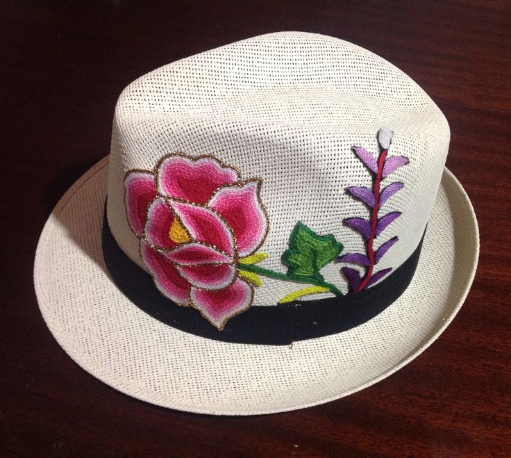Sombrero con aplicación de flores bordadas a mano