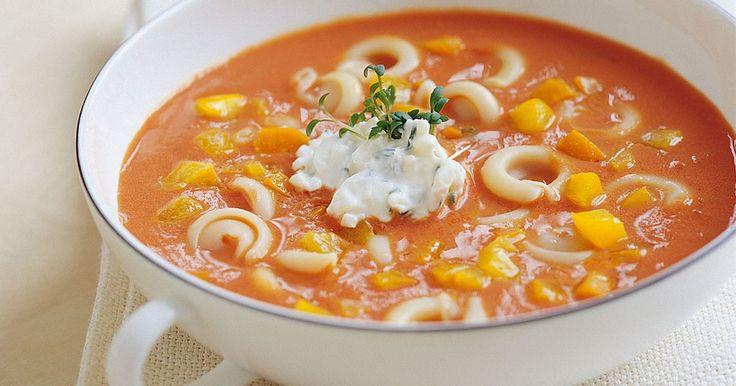 Tomatsoppan blir barnens favoritsoppa när du lägger i pasta och färgglad paprika.