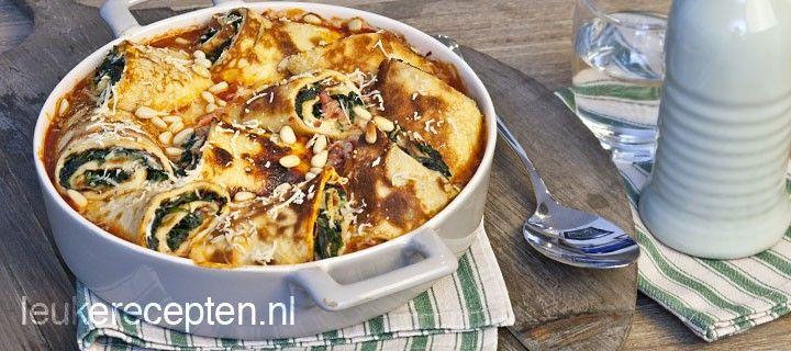 Probeer eens deze heerlijke pannenkoekrolletjes met spinazie en spekjes in een volle tomatensaus