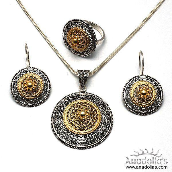 925 ayar gümüş kullanılarak ve el işçiliği olarak tasarlanan bu gümüş takım, şık dizaynı ile de dikkatleri çekmektedir.  Krem,parfüm,çamaşır suyu gibi maddeler ile temasından kaçınılmalıdır. El yapımı Telkari