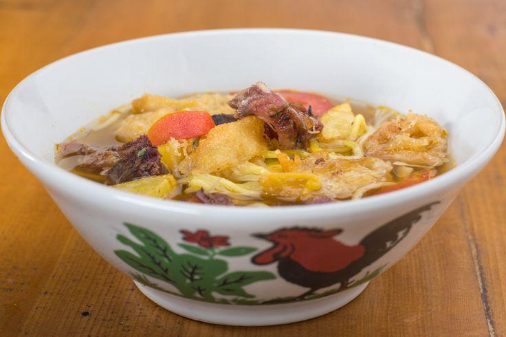 Soto Mie Bogor.  Kuah soto yang dicampur dengan mie kuning dan sedikit bihun dan di mix dengan potongan daging, kol, tomat risol dan kentang.  Rasanya segar sekali. Apalgi setelah dicampur dengan perasan jeruk dan sambal.