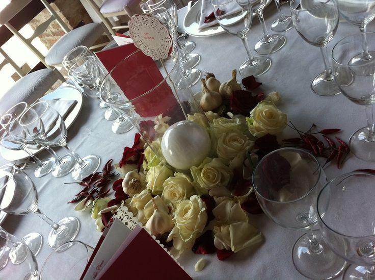 per un matrimonio sardo-pugliese, il centrotavola con fiori, aglio e peperoncino