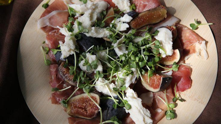 Salat med parmaskinke, ferske fiken, mozzarella og reddikspirer.