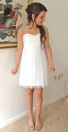 Elena i en smuk, selvsiddende kjole  af brudesatin, brudetyl og perler.