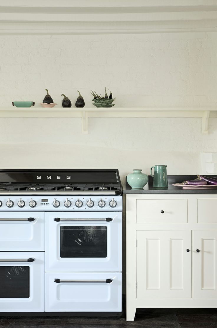 A Smeg cooker looking beautiful in the Classic English Kitchen by deVOL.