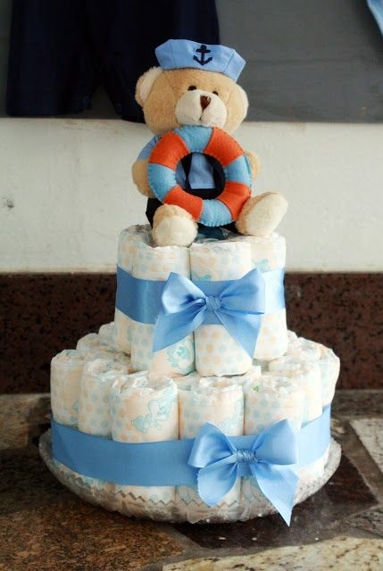 Um ursinho marinheiro cria o efeito de bolo para este chá de bebê, tudo útil e prático para a futura mamãe (aprendendocomonico)