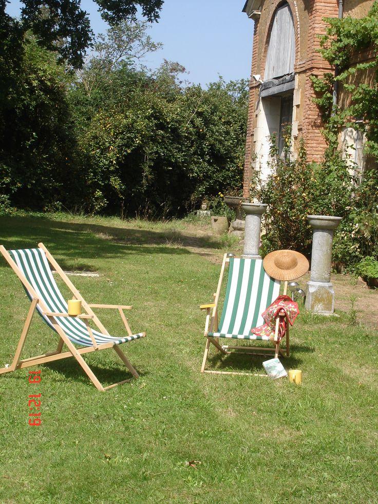 Envie de soleil et de beau temps. Pour se relaxer, rien de mieux que de s'installer dans les transats!