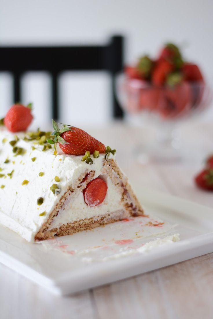 idée bûche Noël : Gâteau rigolo aux fraises - Mousse de mascarpone et confit de fraises dans une pyramide de biscuits Plus