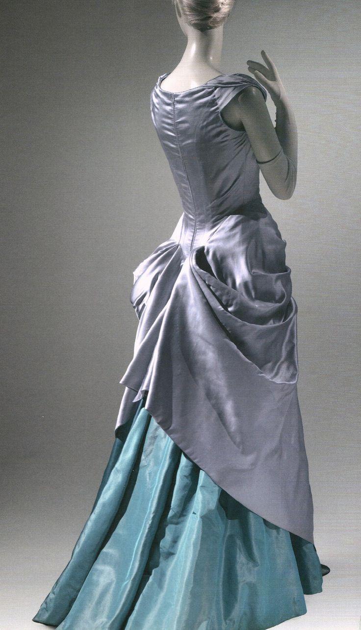 Robe en soie, par Charles James                                                                                                                                                                                 Plus