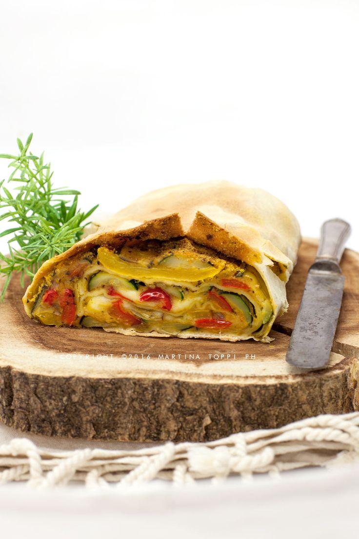 lo strudel di verdure grigliate è un piatto light molto gustoso, adatto anche ai vegetariani. Si presenta bene ed è ottima da servire a una cena tra amici