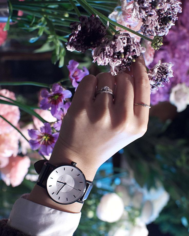 """@fuffuuun on Instagram: """". @Klasse14 様から、またまた素敵な時計をプレゼントして頂きました⌚️✨ . 嬉しい . パソコンやスマホで見るよりも実物の方が ずっとずっと可愛い♡! . 私が選んだのは、 VOLARE BLACK フェイス42mmです。 . 男前なのが欲しかったから嬉しい . クーポンコードは「#fu」です。 二ヶ月間 12%OFFで購入できます✨ http://www.klasse14.jp/ 是非チェックしてみてください☺️ . こちらの花屋さんは@apprivoiser2007 さんです。 オーナーさんに許可をもらって 撮らせてもらいました このラナンキュラス、たまらん"""""""