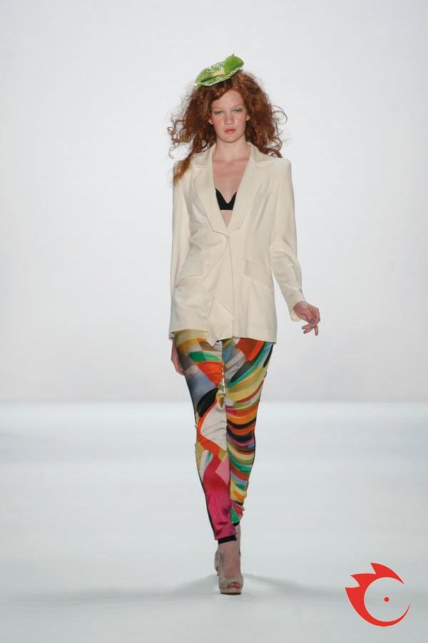 Anja Gockel - eleganter Crepe Blazer im klassischen Herrencut mit farbenfroher Seidenleggins aus Stretch Satin.