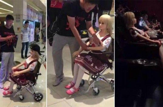 На фильм «Варкрафт» китаец пришел с резиновой женщиной