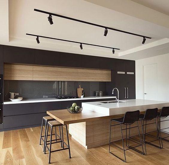 cuisine design noire et bois laque mate avec ilôt et plan repas