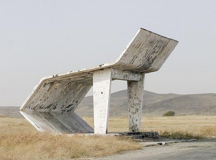 Kazakhstan- SKanaďanem Chrisem Herwigem, který patnáct let objížděl bývalé sovětské republiky a fotografoval tamní autobusové zastávky