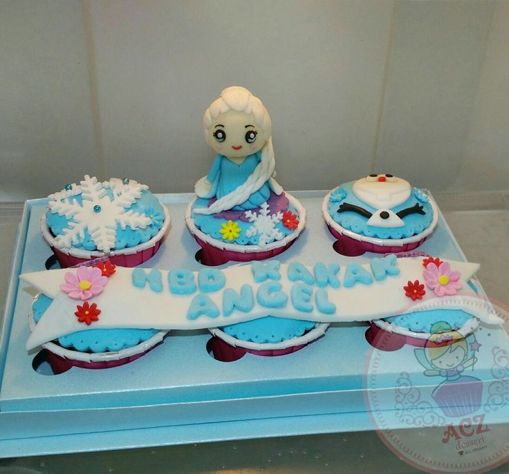 Frozen cupcake with very cuuuuutteee Elsa!