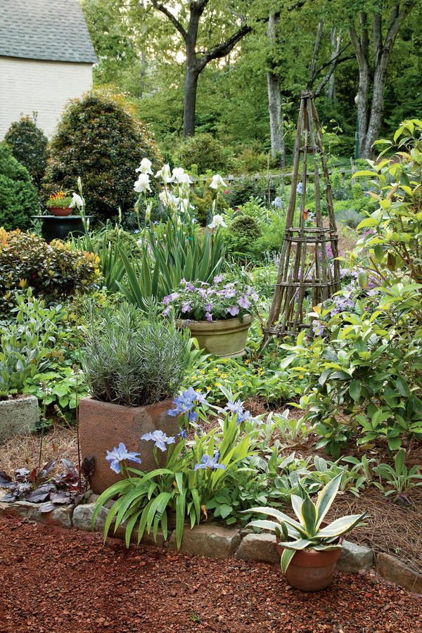 The original English cottage gardens (named for the humble homes they grew in front of) were informal in nature and simply supplied a family's needs. Meticulously
