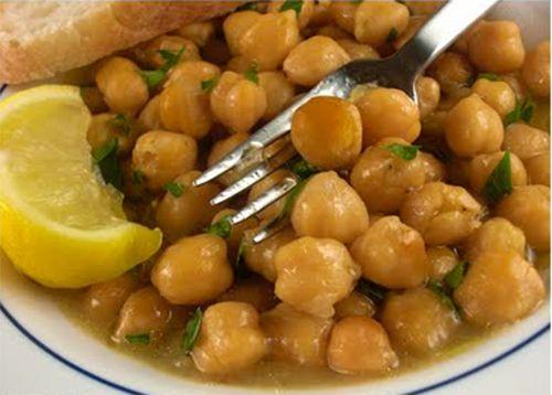 Προέρχονται παραδοσιακά από τη Μεσόγειο και τη Μέση Ανατολή, τα ρεβίθια, επίσης γνωστά ως φασόλια garbanzo, έχουν εξαπλωθεί σε όλο τον κόσμο. Έχουν εξέχουσα θέση στην ελληνική, ιταλική, ινδική, ισπανική και πορτογαλική κουζίνα. Ένα φλιτζάνι μαγειρεμένα ρεβίθια περιέχει: – 269 θερμίδες, – 45 γραμμάρια υδατάνθρακες, – 15 γραμμάρια πρωτεΐνης, –...