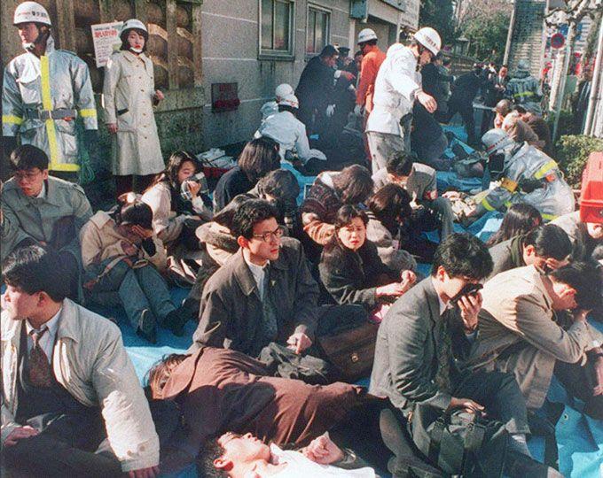 1995 Tokyo attaque au gaz de métro.  Membres de la secte Aum Shinrikyo pour laisser szaringázt le métro, causant 13 décès.  Leur chef en 1999 felakasztották..jpg