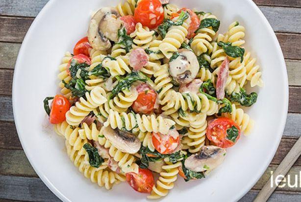 Een lekkere simpele pasta met verse spinazie, champignons, spekjes en tomaatjes samen in een heerlijke roomsaus. Ook is dit een budgetvriendelijk recept. Deze pasta is een vriend van iedereen want lekker vinden ze hem zeker. Leuk receptje voor doordeweeks!