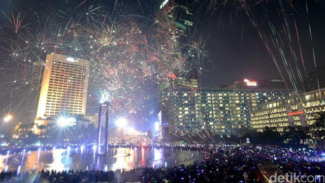 """Polisi nyatakan siap amankan Tahun Baru  Malam tahun baru di Jakarta (Foto: Ari Saputra)  Polisi siap mengamankan perayaan tahun baru di titik keramaian. Namun polisi juga mengimbau masyarakat agar tetap menjaga kewaspadaan dan tidak mengkonsumsi minuman keras. """"Kebiasaan mengkonsumsi minuman keras pada malam tahun baru yang tentu bisa menjadi satu hal dapat membahayakan masyarakat hilang kesadaran mabuk dan kemudian amat berbahaya jika yang bersangkutan mengendarai kendaraan bermotor"""" imbau…"""