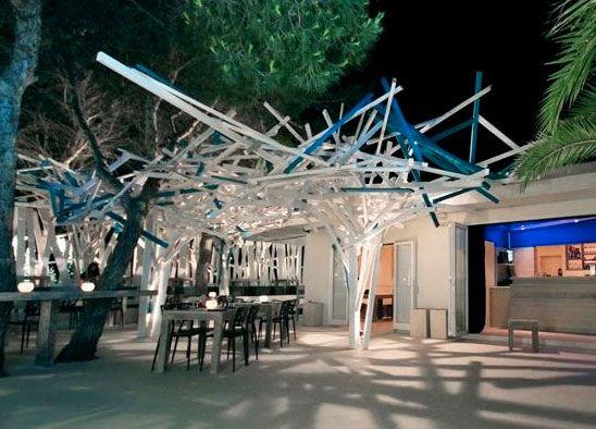 Gli amanti di Formentera riconosceranno facilmente questa immagine. Parliamo infatti del Vivi Club di Formentera. Si tratta di un progetto di arredo Bar, Caffetterie e Locali realizzato dall'azienda Composita Srl, specializzata in progetti di arredo per attività commerciali.