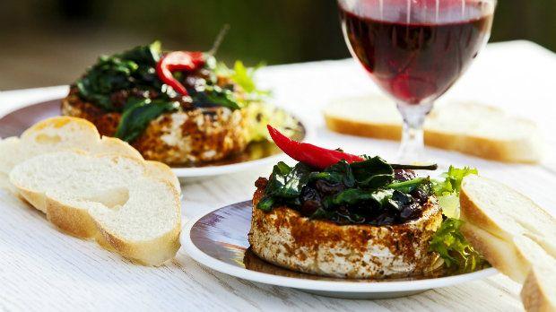 Grilované sýry jsou skvělou alternativou k masu. v Čechách je hitem hermelín, ale pokud máte radši pikantní chutě, vyzkoušejte