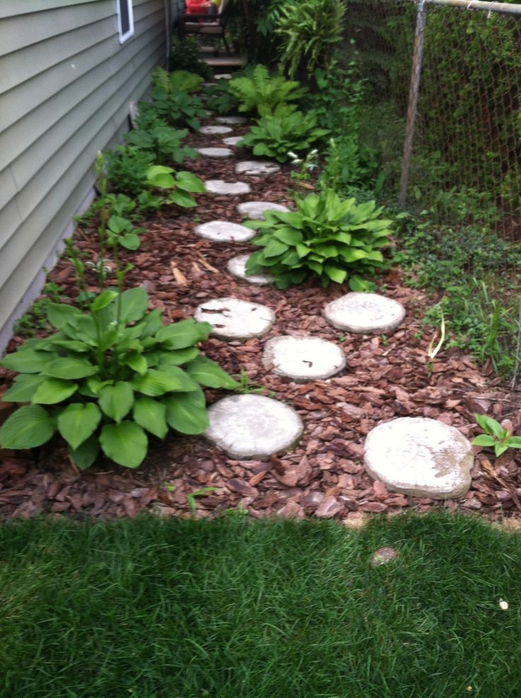 Stepping stone garden path gardening pinterest for Rock stepping stones landscaping