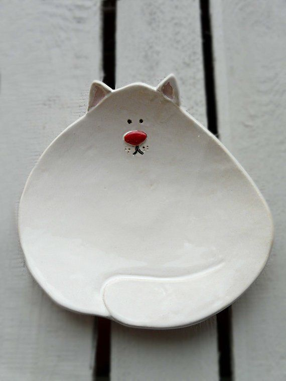Plattenförmige Katze manuell in jeder Phase des hellen Ton. Verglaste in Weiß und Rot auf die Nase. Am unteren Rand signiert ist. Wird in Glasur geeignet für den Kontakt mit Lebensmitteln. Platte kann verwendet werden, feines Essen zu füttern, Süßigkeiten, zu speichern kleine Dinge wie