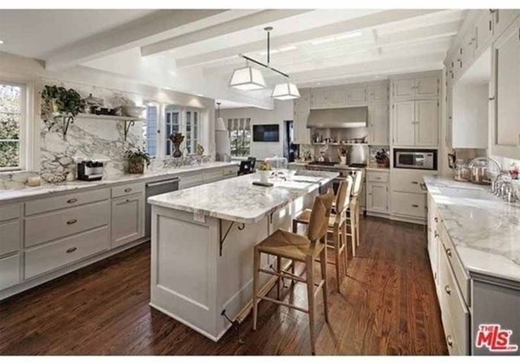Miranda Kerr compra uma casa dos sonhos por 12 milhões de dólares
