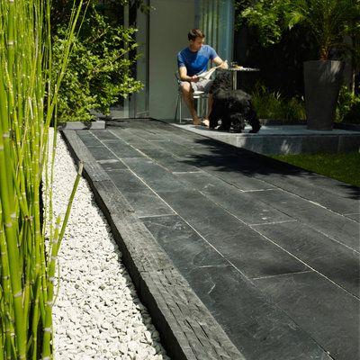 Rustique, inusable, en harmonie avec les plantes, l'ardoise apporte sa touche zen. Dalle graphite, Castorama.