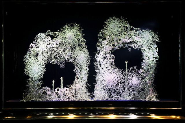 ヴァン クリーフ&アーペルが現代アーティスト・松宮硝子とのコラボディスプレイを展開