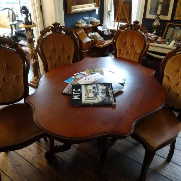 Vier rijk bewerkte eetkamerstoel met zijde velours bekleding