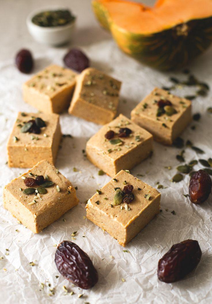 Este fudge de calabaza es ideal para aquellas personas que no tienen mucho tiempo para cocinar pero quieren un dulce rico hecho con ingredientes naturales.